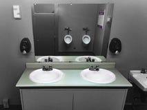 Washroom των καθαρών απλών δημόσιων ατόμων βυθίζει τους καθρέφτες στοκ εικόνες με δικαίωμα ελεύθερης χρήσης