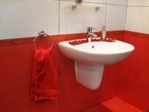 washstand elegante no banheiro vermelho Foto de Stock Royalty Free
