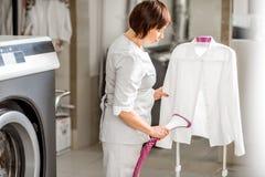 Washwoman supérieur dans la blanchisserie photos stock