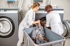Washwoman supérieur dans la blanchisserie images libres de droits