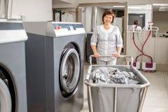 Washwoman superior na lavanderia fotografia de stock