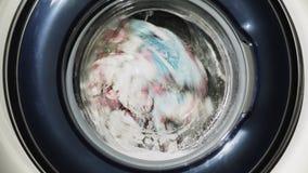 Waskleren in de wasmachine stock videobeelden