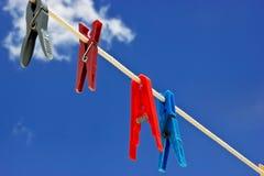 Wasknijper met bewolkte hemel stock afbeeldingen