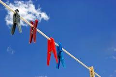 Wasknijper met bewolkte hemel Stock Afbeelding