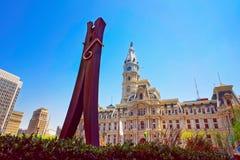 Wasknijperbeeldhouwwerk en het Stadhuis van Philadelphia royalty-vrije stock afbeeldingen