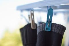 Wasknijperplastiek met zwarte sokken royalty-vrije stock afbeeldingen