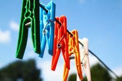 Wasknijpers in de hemel Stock Foto's