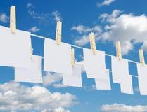 Wasknijpers en Documenten op Kabel Stock Fotografie