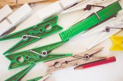 wasknijpers en rood potlood op helder houten de oppervlaktecl van de lijstbovenkant stock afbeelding