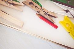 wasknijpers en rood potlood op helder houten de oppervlaktecl van de lijstbovenkant royalty-vrije stock afbeeldingen