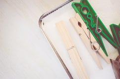 wasknijpers en rood potlood op helder houten de oppervlaktecl van de lijstbovenkant stock foto