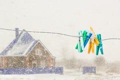 Wasknijpers op de aluminiumdraad in de sneeuwval, close-up Royalty-vrije Stock Afbeelding