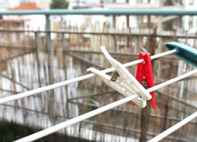 Wasknijpers op het balkon Royalty-vrije Stock Afbeeldingen