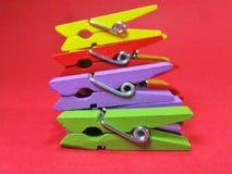 Wasknijpers van verschillende kleuren op haarden roze als achtergrond op bovenkant Royalty-vrije Stock Fotografie