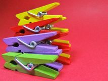 Wasknijpers van verschillende kleuren op haarden roze als achtergrond op bovenkant Royalty-vrije Stock Afbeelding