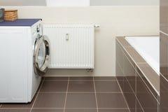 Wasmachine in badkamers royalty-vrije stock afbeelding
