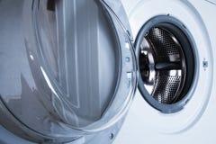 wasmachine De deur is open Stock Afbeelding