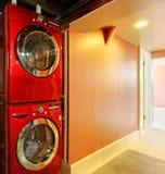 Wasmachine en droger in rood in de kelderverdieping Royalty-vrije Stock Afbeelding