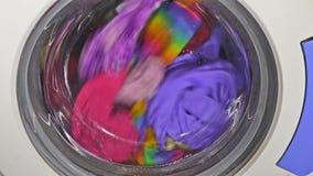Wasmachine het spinnen draagt de kleding van het klerenondergoed stock footage