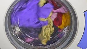 Wasmachine het spinnen draagt de kleren van de ondergoedkleding stock video