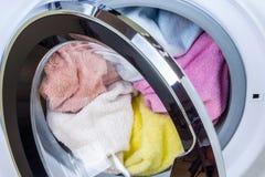 Wasmachinehoogtepunt van wasserij Stock Foto