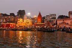 Wasritueel in de ochtend in de rivier/Varanasi van Ganges stock afbeeldingen