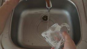 Wasschotels in de gootsteen thuis stock video