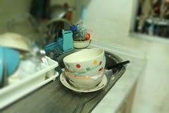 Wasschotels en koppen in de keuken Stock Fotografie