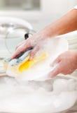 Wassend de schotels - close-up op handen stock foto