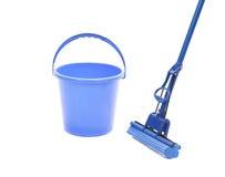 Wassend de vloer met het schoonmaken van hulpmiddelen. stock foto