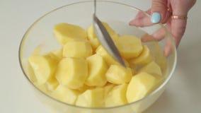 Wassende gepelde aardappels en onderdompeling in water stock footage