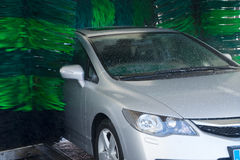 Wassende grijze auto Stock Afbeelding