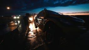Wassende verzamelingsauto met waternevel stock video
