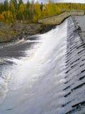 Wasserüberlauf auf dem synthetischen Vorratsbehälterspeicher Lizenzfreies Stockbild