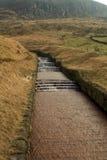 Wasserüberlauf an Dovestone Reservoir England Stockbilder