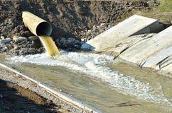 Wasserüberlauf von der Kanalisation Stockfotografie