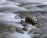 Wasser über Felsen Lizenzfreie Stockfotos