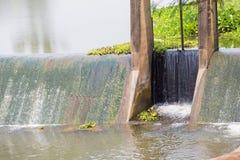 Wasser über konkreter Verdammung für die Landwirtschaft Lizenzfreie Stockbilder