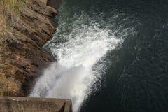 Wasser über konkreter Verdammung für die Landwirtschaft Lizenzfreie Stockfotografie
