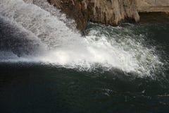Wasser über konkreter Verdammung für die Landwirtschaft Lizenzfreies Stockbild