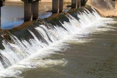 Wasser über konkreter Verdammung für die Landwirtschaft Lizenzfreie Stockfotos