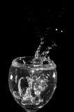 Wasser über schwarzem Hintergrund Stockbilder