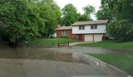 Wasser-Überschwemmung vor einem Haus stockfotografie