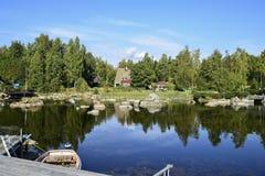 Wasser als Spiegel Fotos von wunderful Natur Swedens stockbild