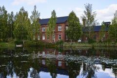 Wasser als Spiegel Fotos von wunderful Natur Swedens stockbilder
