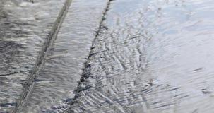Wasser auf Asphalt im Frühjahr stock footage
