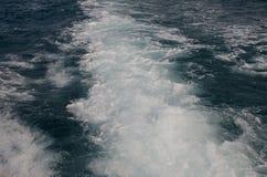 Wasser auf der Rückseite des Bootes stockfoto