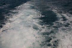 Wasser auf der Rückseite des Bootes stockbilder