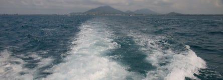 Wasser auf der Rückseite des Bootes stockfotografie