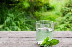 Wasser auf einem Holztisch Lizenzfreies Stockbild